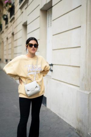 Sweat XL jaune pantalon maille flare sac Polène look du jour